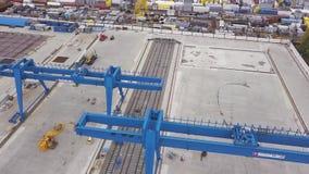 蓝色巨型桥式起重机身分的天线在路轨和具体基础 ?? 仓库顶视图与 股票录像