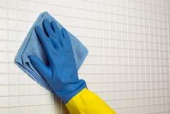 蓝色布料用手 免版税图库摄影