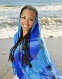 蓝色布裙妇女被包裹 免版税图库摄影
