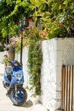 蓝色希腊家庭海岛kos停放了乘的照片滑行车 照片拍摄在莱夫卡斯州海岛,希腊 图库摄影