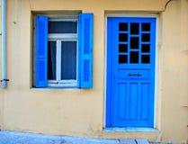 蓝色希腊语在老房子里关闭窗口和门 图库摄影