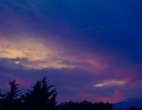 蓝色带淡红色的天空云彩 库存图片