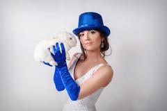蓝色帽子的妇女和手套用兔子 免版税库存图片