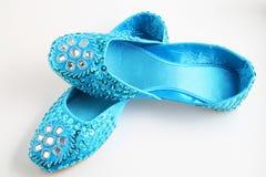 蓝色平面的被修宝石的鞋子 库存图片