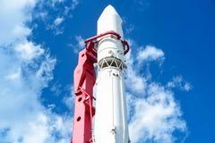 蓝色底层关闭四由喷嘴喷射火箭天空空间 蓝天bacground的俄罗斯 库存照片