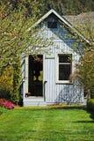 蓝色庭院棚子 免版税图库摄影