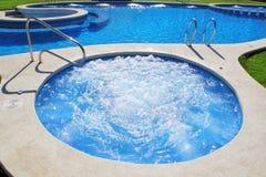 蓝色庭院草绿色喷气机池温泉 库存图片