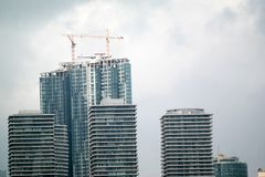 蓝色建筑用起重机天空摩天大楼 库存照片