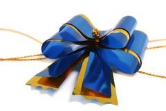 蓝色弓庆祝的黑暗的礼品 图库摄影