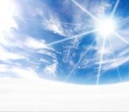 蓝色弯曲的小山展望期田园诗多雪 免版税库存图片