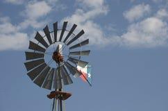 蓝色得克萨斯天空的风车 免版税库存图片