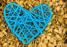 蓝色心脏闲话蓝线螺纹爱标志,邀请在木背景的情人节 库存图片