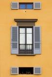 蓝色快门墙壁视窗黄色 免版税库存图片
