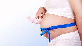 蓝色怀孕的丝带肚子妇女 图库摄影