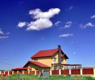 蓝色房子天空 免版税库存照片