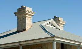 蓝色房子线路查看的屋顶天空 图库摄影