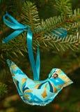 蓝色手工制造圣诞节鸟 免版税库存照片