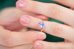 蓝色手指金黄珠宝环形尝试 库存照片