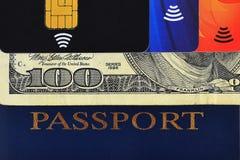 蓝色护照、一百元钞票和三张不同信用卡 库存照片