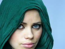 蓝色披肩被注视的女孩绿色亚麻布 库存照片