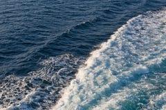 蓝色抽象波浪海洋水背景 免版税库存图片