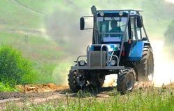 蓝色拖拉机参加种族 免版税图库摄影
