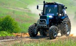 蓝色拖拉机参加种族 库存照片