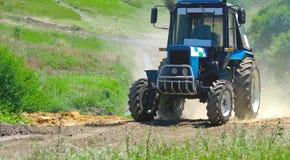 蓝色拖拉机参加种族 免版税库存照片
