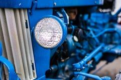 蓝色拖拉机 免版税库存图片