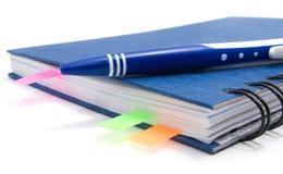 蓝色按书签笔记本笔 免版税库存照片