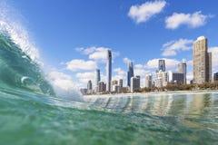 蓝色挥动在冲浪者天堂海滩的辗压 免版税库存照片