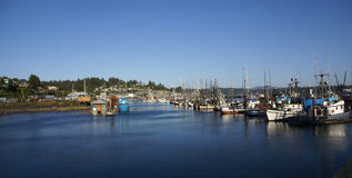 蓝色捕鱼拖网渔船 库存图片