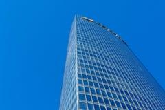 蓝色接近的壁角摩天大楼 库存图片