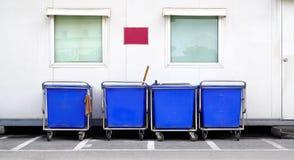 蓝色推车在职员停车处站立 库存图片