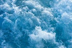 蓝色搅动的海洋水 免版税库存照片