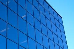 蓝色摩天大楼办公室塔玻璃镜子窗口和天空 免版税库存照片