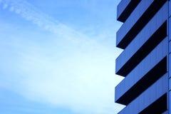 蓝色摩天大楼门面 柏林大厦办公室 玻璃现代剪影摩天大楼 免版税库存照片
