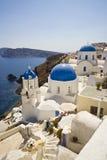 蓝色教会半球形的希腊oia santorini 库存图片