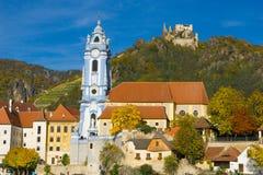 蓝色教会和城堡 库存照片