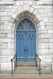 蓝色教会门 免版税库存照片