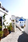 蓝色教会cyclades覆以圆顶圣场面街道 免版税库存照片