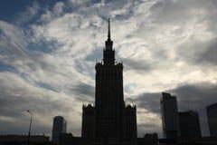 蓝色文化宫殿波兰科学天空夏天华沙 华沙,波兰 免版税库存照片