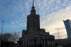 蓝色文化宫殿波兰科学天空夏天华沙 免版税库存图片