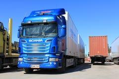 蓝色斯堪尼亚卡车R620和拖车 库存照片