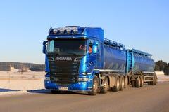 蓝色斯科讷槽车以速度 免版税图库摄影