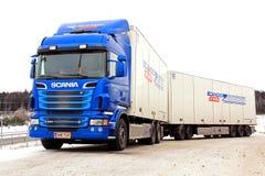 蓝色斯科讷R620卡车和拖车 免版税库存图片