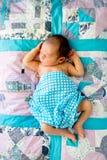 蓝色新的男婴和白色检查了在pathwork被子的套 免版税库存图片