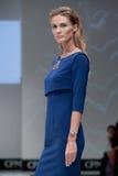 蓝色方式闪光摄影师显示色彩 妇女的样式和图象 免版税库存照片