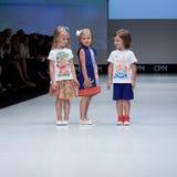 蓝色方式闪光摄影师显示色彩 孩子,指挥台的女孩 免版税库存图片