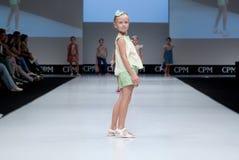 蓝色方式闪光摄影师显示色彩 孩子,指挥台的女孩 免版税库存照片